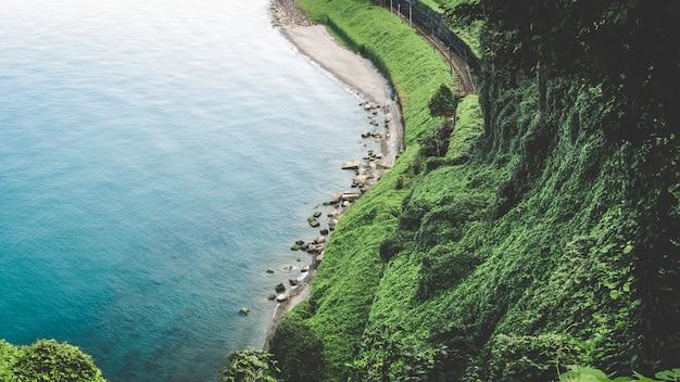 Панорама красивого весеннего пейзажа в горах и открытом море.
