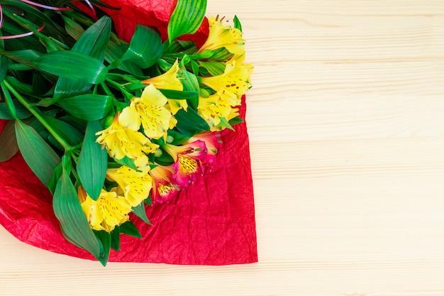 バレンタインの日の概念。木製の背景に花の花束。