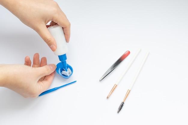 眉毛の染色と矯正のための道具一式、マスターの手