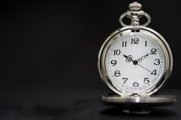 ブラックで豪華な懐中時計を隔離