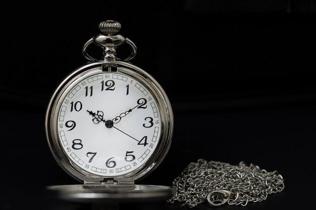 キーボードの背景とポケットの腕時計
