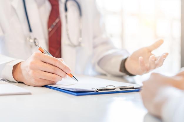男性医師と女性患者が何かを議論しています。診断、女性の病気の予防、ヘルスケア、医療サービス。