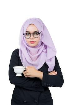 Красивая современная молодая азиатская мусульманская бизнес-леди держа белую кофейную чашку, изолированный.