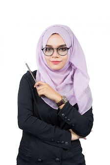 分離された鉛筆を保持している美しい現代の若いアジアのイスラム教徒のビジネス女性。