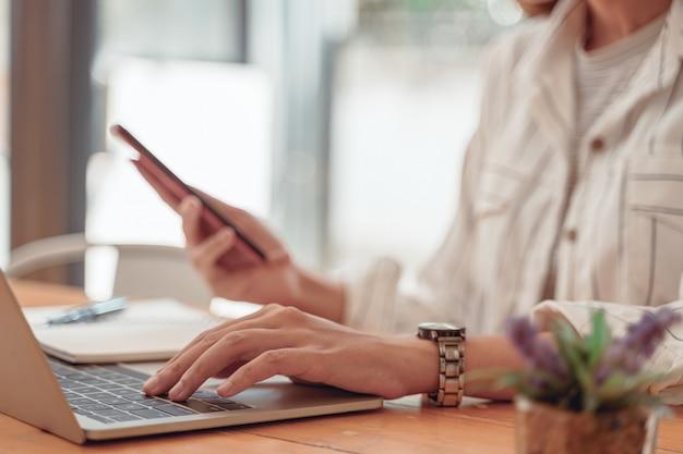 Азиатский бухгалтер женщина работает на столе офиса и пить кофе. азиатская женщина рабочей концепции.