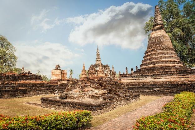 澄んだ空とアジアの寺院