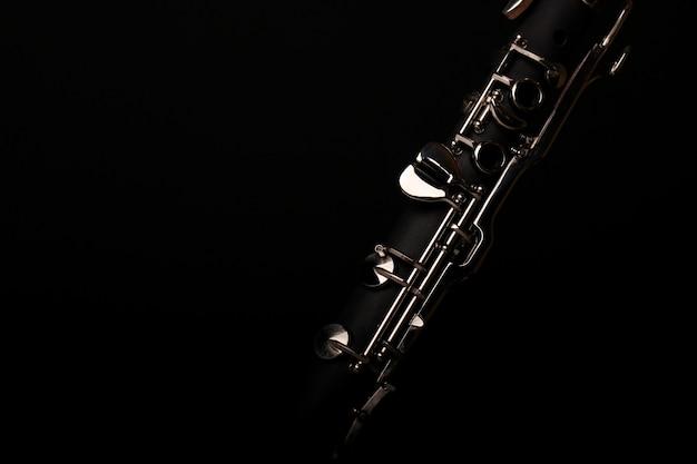 Музыкальный инструмент кларнет на черном фоне