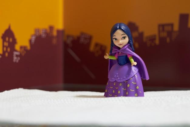 秘密の布と紫のドレススーツ