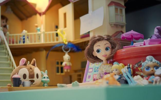 Игрушки в кукольном домике
