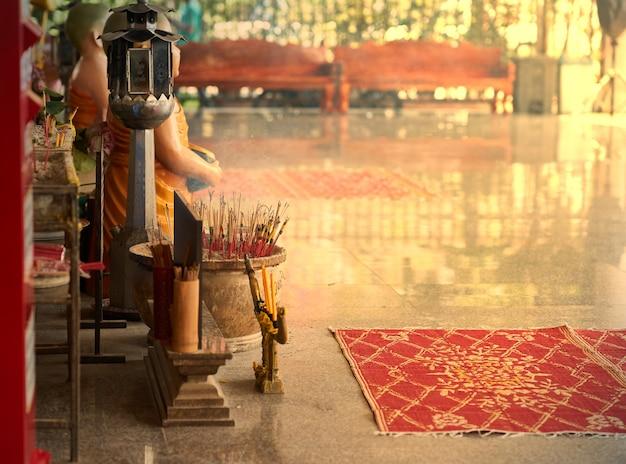 神聖な寺院での燃え上がりと煙の周りの香