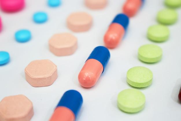 医療ヘルスケアのラインのさまざまな種類の薬は、コピースペース、トップビューで製造工場のコンセプトを生成します。