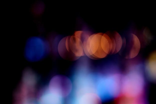 暗い背景の噴水ライトのカラフルなボケ
