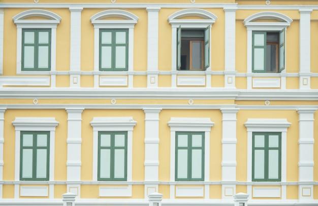 保守的な歴史的な場所のための開かれた窓と古い歴史的な建物のヴィンテージの壁