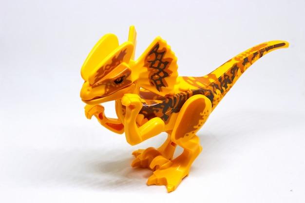 分離白に黄色の恐竜のおもちゃ