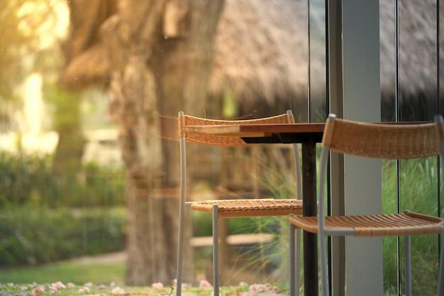太陽の光と平和のコーヒーショップのテーブルと椅子