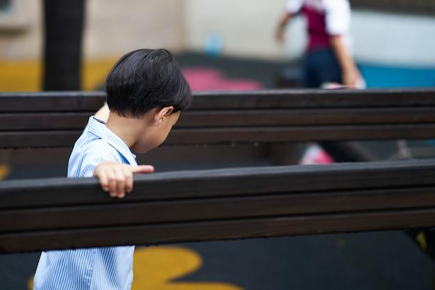 Малыш в форме игры на детской площадке с копией пространства