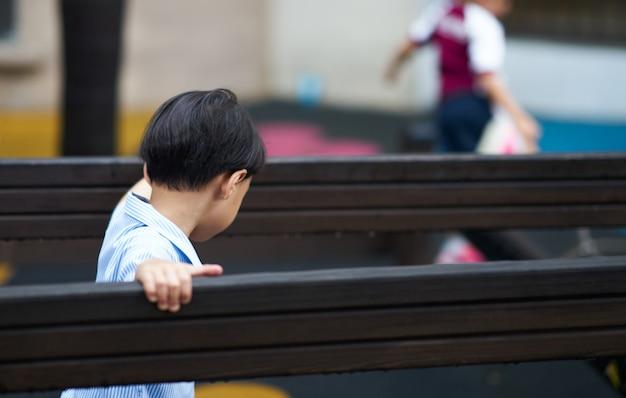 Малыш в форме играть на детской площадке