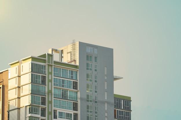 マンションやタワーの上空の背景