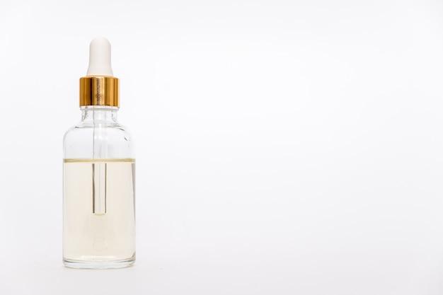 Капельница стеклянная бутылка макет. косметическая пипетка на белом фоне.
