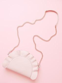 淡いピンクの背景にファッションピンクの女性ハンドバッグ