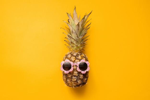 サングラスの流行に敏感なパイナップル。鮮やかな夏の色。トロピカルフルーツ。