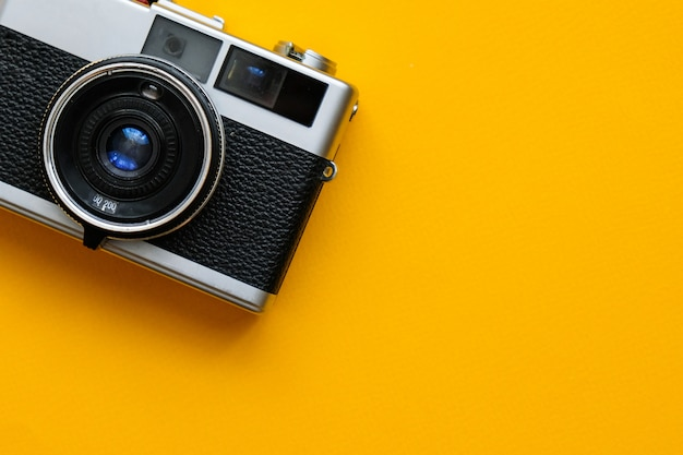 青のファッションフィルムカメラ。レトロなビンテージアクセサリー