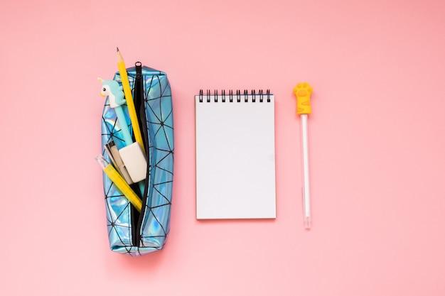 学校に戻る。ピンクのテーブルに学用品付きの鉛筆ケース