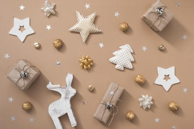 クリスマスの背景。クリスマスプレゼント、クラフトの背景に白と金の装飾。フラット横たわっていた、トップビュー、コピースペース