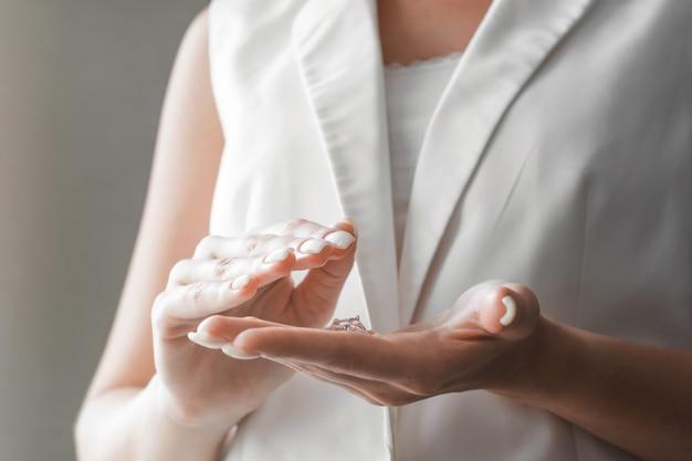 Женщины моют руки антибактериальным дезинфицирующим гелем. концепция гигиены. предотвратить распространение микробов и бактерий и избежать заражения коронным вирусом.