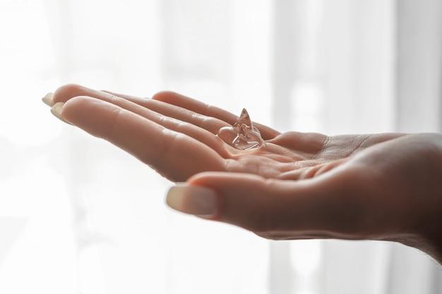 女性の手に抗菌消毒ジェル。衛生コンセプト。細菌や細菌の拡散を防ぎ、コロナウイルスの感染を防ぎます。