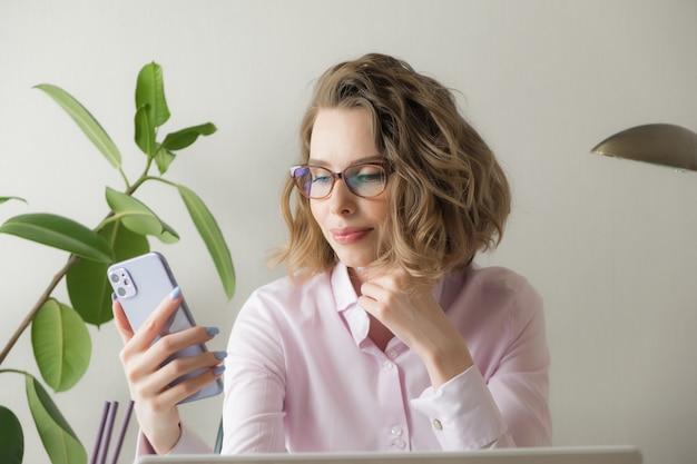 Удаленная работа из дома. фрилансер с ноутбуком, чашкой кофе, очками. концепция дистанционного обучения, изоляции, женского бизнеса, покупки в интернете.