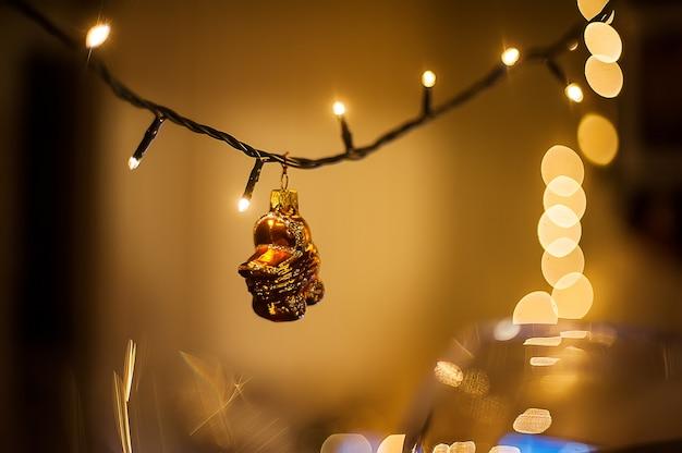 クリスマスのインテリア装飾。ガーランドのクリスマスライト。新年のおもちゃのベビーカー。