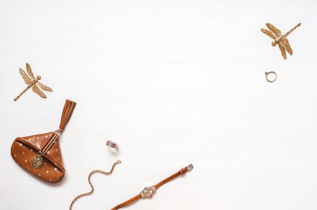 ファッションブロガーのワークスペース、空のスピス。ウッレのウォレット、時計、女性のアクセサリー