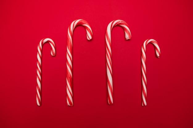伝統的なクリスマスのお菓子、赤い背景にキャンデーケインのお菓子