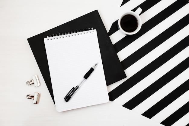 Стильное минималистичное рабочее пространство с ноутбуком макет, карандаш и чашка кофе