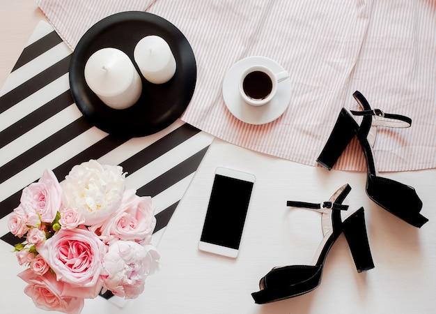 女性のファッションアクセサリー、スマートフォンのモックアップ、バラとピジョンの花束、靴