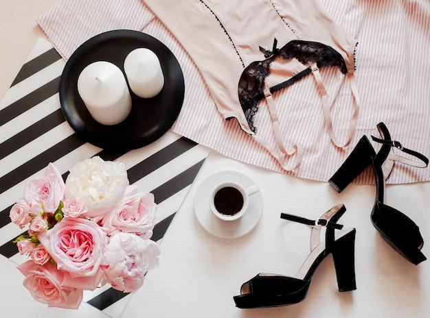 女性のファッションアクセサリー、スマートフォンのモックアップ、バラとピジョンの花束、靴、レースの林