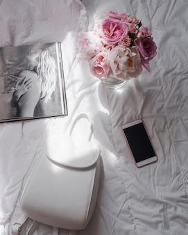 美容フラットと電話と花