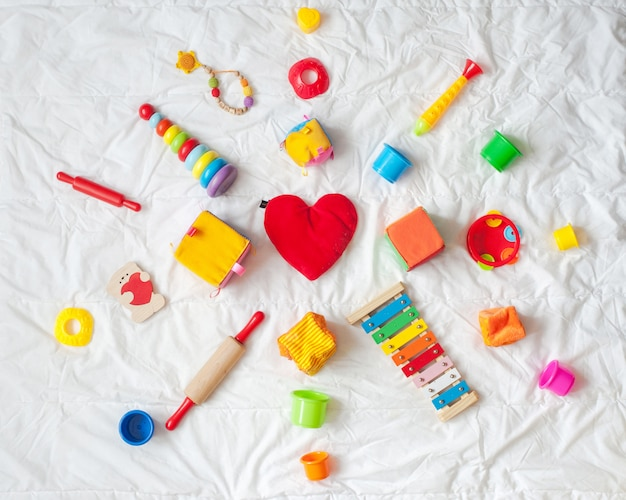 子供たちは、白い背景に明るいカラフルなおもちゃのフレーム。上面図。フラットレイ。