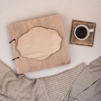 木製のカバー付きのファミリーアルバム。スペースをコピーします。秋の概念。コーヒー