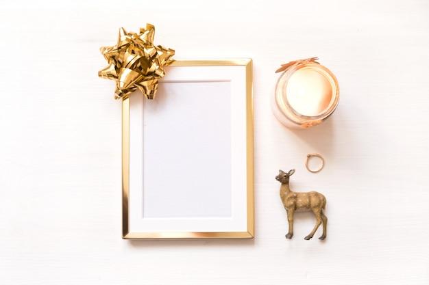 Золотая рамка с золотой лук, изолированных на белом фоне. зимняя минималистическая рождественская открытка