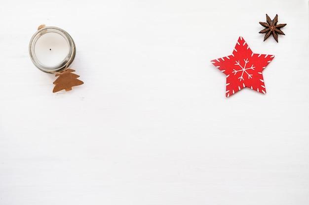 クリスマスの組成。白い背景に赤い装飾。クリスマスの燭台