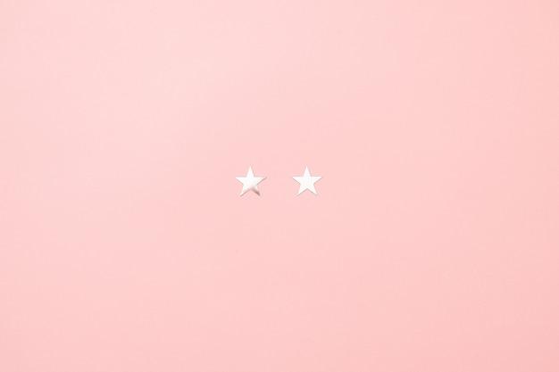 ピンク色の背景に銀の星紙吹雪の作られたクリスマス子豚最小限の概念。