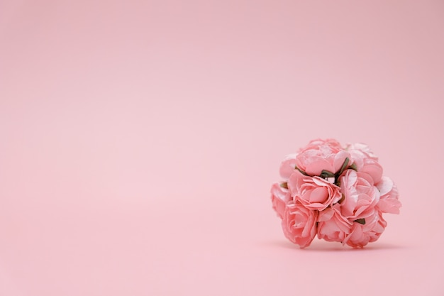 バレンタインデーのためのピンクの背景の花ボックスのピンクの花束