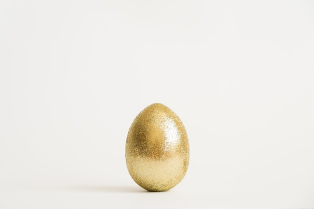 イースター金色の輝き卵の白い背景で隔離