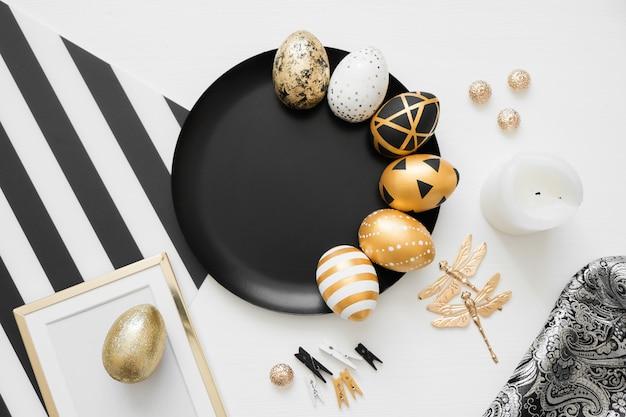 黒いプレートに金色の装飾卵とハッピーイースターの背景