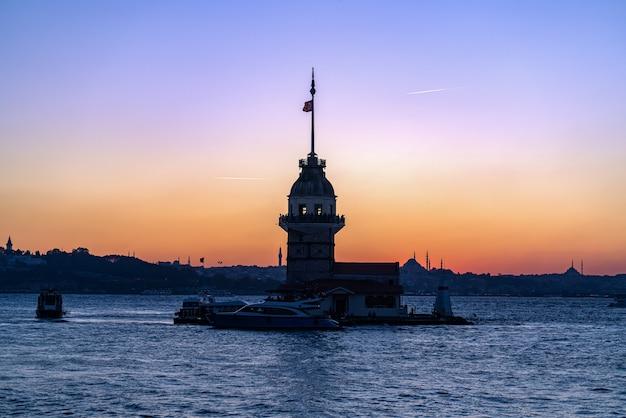 有名な乙女の塔とボスポラス海峡の燃えるような夕日