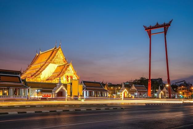 バンコクの夕暮れの巨大なスイングとスタット寺院