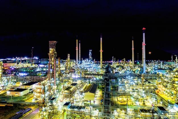 空撮。夜の石油精製工場と石油貯蔵タンク