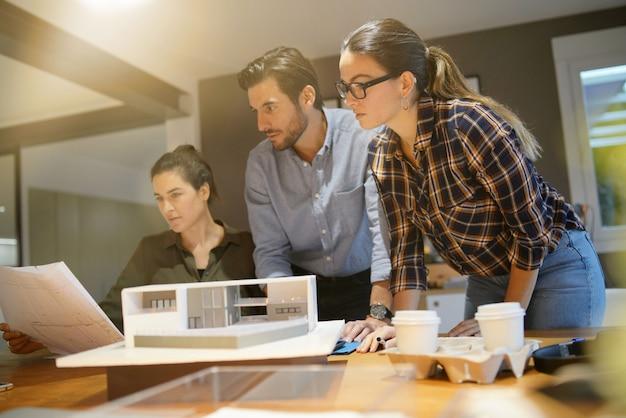 Архитекторы рассматривают проект современного дома